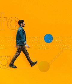 Colaborador caminha com confiança, demonstrando autonomia no trabalho.