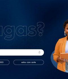Mulher posa com iPad ao lado de um box de busca de vagas de emprego