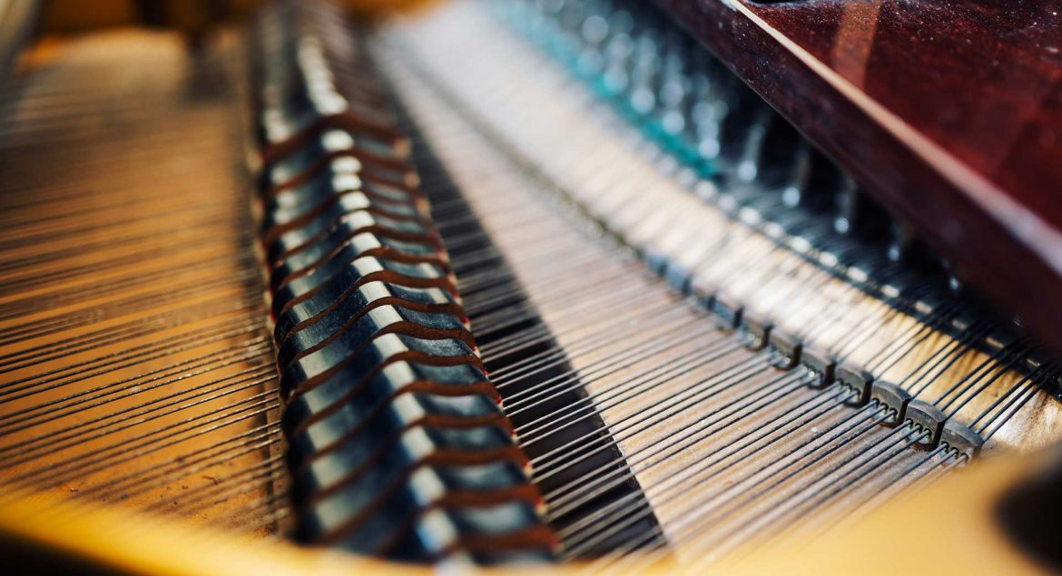 the-internal-parts-of-grand-piano-strings-PFC4MHT
